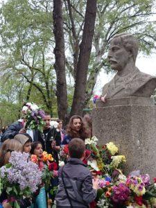 Раковски-паметник-в-двора