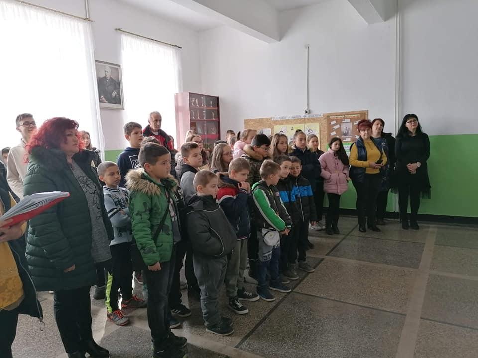"""Учениците и учителите от ОУ """"Петко Рачов Славейков""""-с. Средногорци почетоха годишнината от обесването на Васил Левски."""